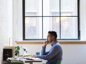 Imagem de um homem trabalhando com o computador em um escritório, simbolizando nosso post sobre a tabela IPCA-E 2021