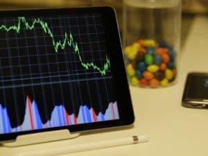 Tabela-IPC-Fipe: computador com gráficos coloridos