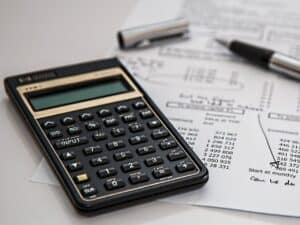 imagem de uma calculadora e papéis