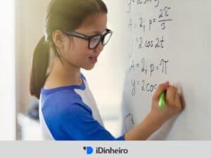 menina fazendo cálculos em quadro branco representando calculadora de taxas equivalentes