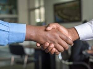 como conseguir empréstimo para MEI: duas pessoas negras apertando as mãos