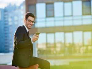 executivo olha o celular para consultar sua conta digital PJ