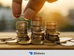 pilhas de moedas representando custo de vida