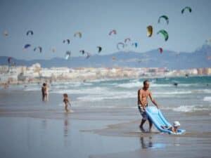 Feriados móveis: imagem de pessoas na praia e um dia ensolarado
