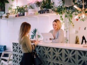 imagem de duas mulheres em uma loja para representar franquias baratas e lucrativas