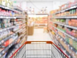 carrinho de supermercado em corredor de supermercado, representando anuidade gratuita