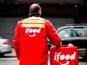 motoboy com jaqueta do IFood na rua representando IFood aceitará PIX