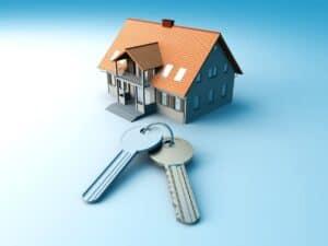 maquete de casa e chaves, representando preço do aluguel de imóveis
