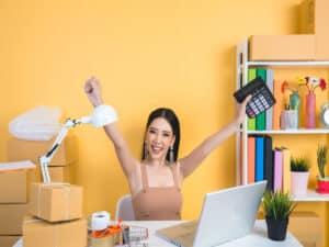 mulher comemora por ser uma revendedora de sucesso