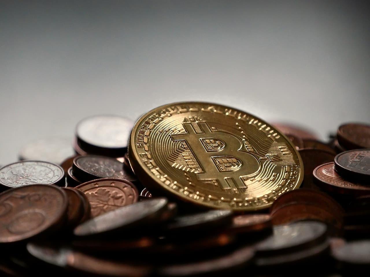 moedas de Bitcoin representando Bitcoin fica abaixo de US$ 30 mil