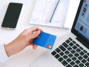 imagem de uma pessoa segurando um cartão de crédito para MEI