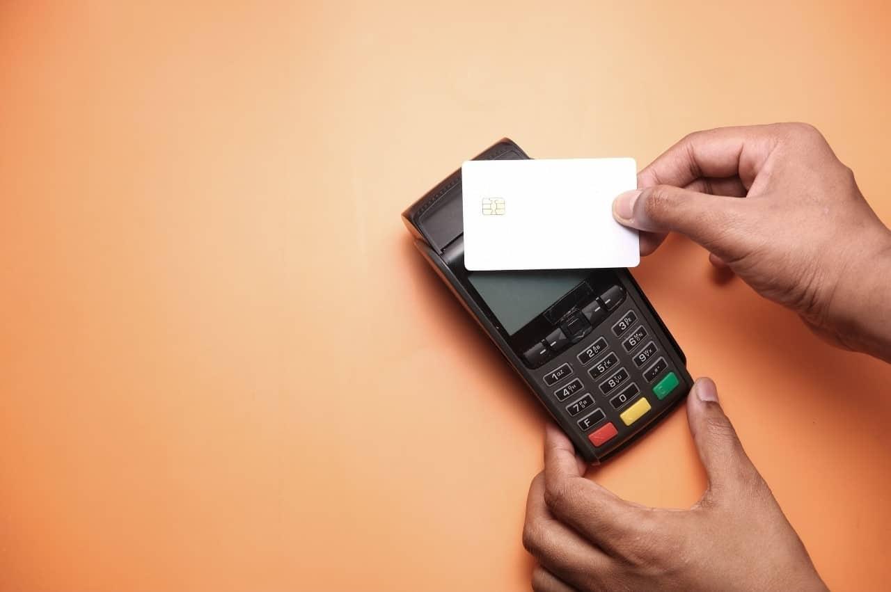 cartão de crédito e maquininha, representando o consumismo por impulso