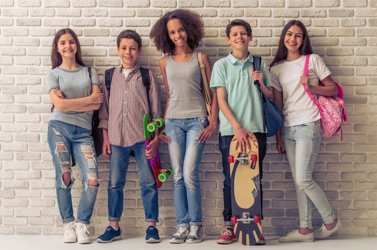 adolescentes representando o consumismo na adolescência
