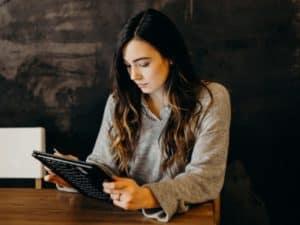 linha de crédito para mei: imagem de uma mulher usando um tablet