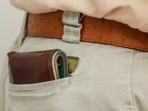 carteira de dinheiro em bolso de calça masculina representando melhores opções de conta-corrente