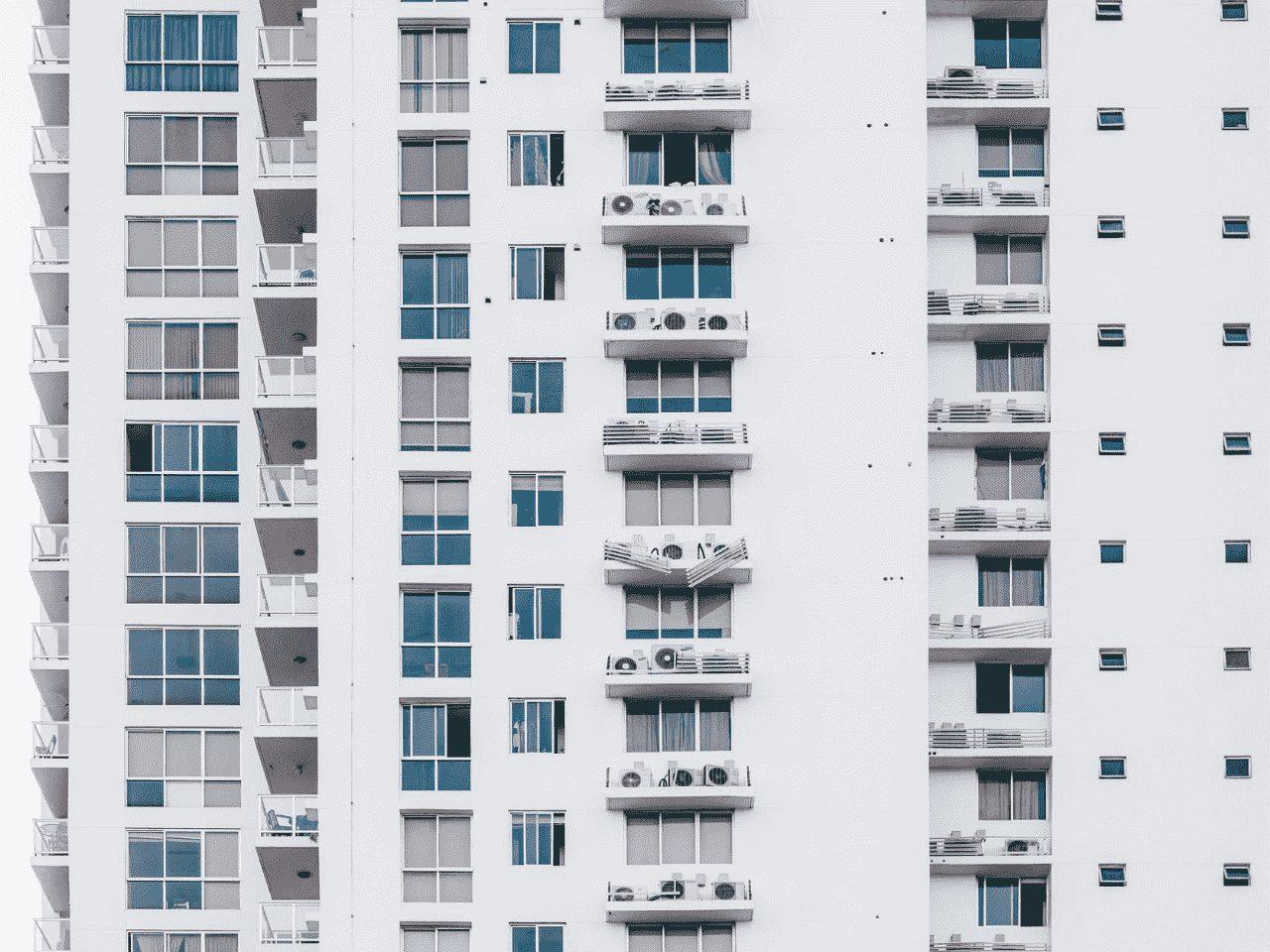 lateral de prédio, representando multa de condomínio