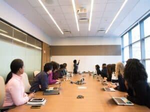 sala de reunião de trabalho, representando discriminação entrevista de emprego