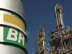 refinaria da Petrobras representando redução do preço da gasolina