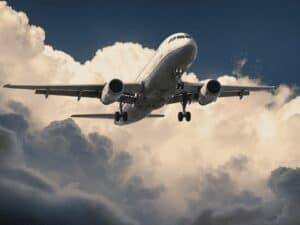 avião no céu, representando reembolso passagem aérea