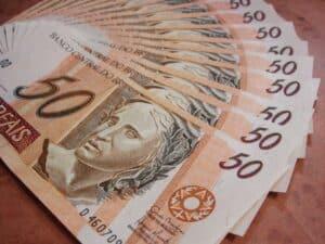 cédulas de R$ 50 representando parcela antecipada auxílio emergencial