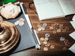 moedas, cofrinho e documentos, representando restituição irpf