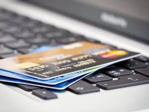 Foto de vários cartões de crédito empilhados em cima de um notebook. Usamos a foto para representar o post sobre Cartão de crédito semelhante ao Nubank