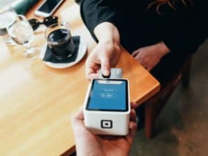 imagem ilustrativa de uma pessoa pagando com cartão para o artigo sobre Maquininha Mercado Pago é boa