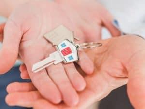 Imagem de uma mão segurando chave de casa para representar o conteúdo sobre o reajuste do aluguel pelo IPCA