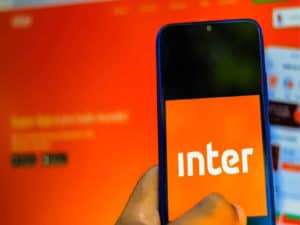 imagem de um celular com a logo do banco inter conta pj
