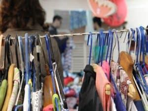 arara de roupas em uma loja representando como montar um brechó online