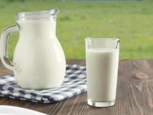 Jarra e copo de leite representando inflação dos alimentos.