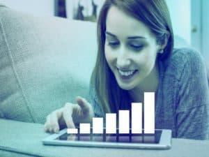 imagem para representar a margem de lucro com uma mulher olhando um gráfico de barras