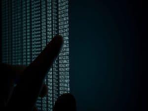 tela com códigos verdes e fundo preto, representando multa uso indevido de dados