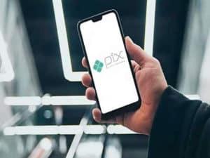 Imagem de um celular com a logo do Pix para empresas