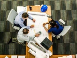 Imagem de três pessoas trabalhando em um escritório, usamos a imagem para simbolizar nosso conteúdo sobre trabalhar quatro dias no Brasil