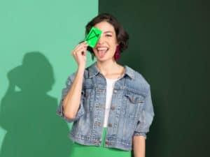 Mulher com cartão Next em mãos representando Seguro de Vida Next