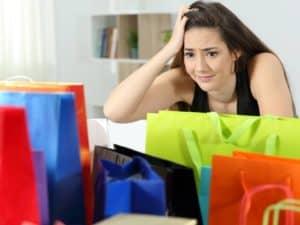 Mulher preocupada com sacolas de compras representando desacordo comercial.