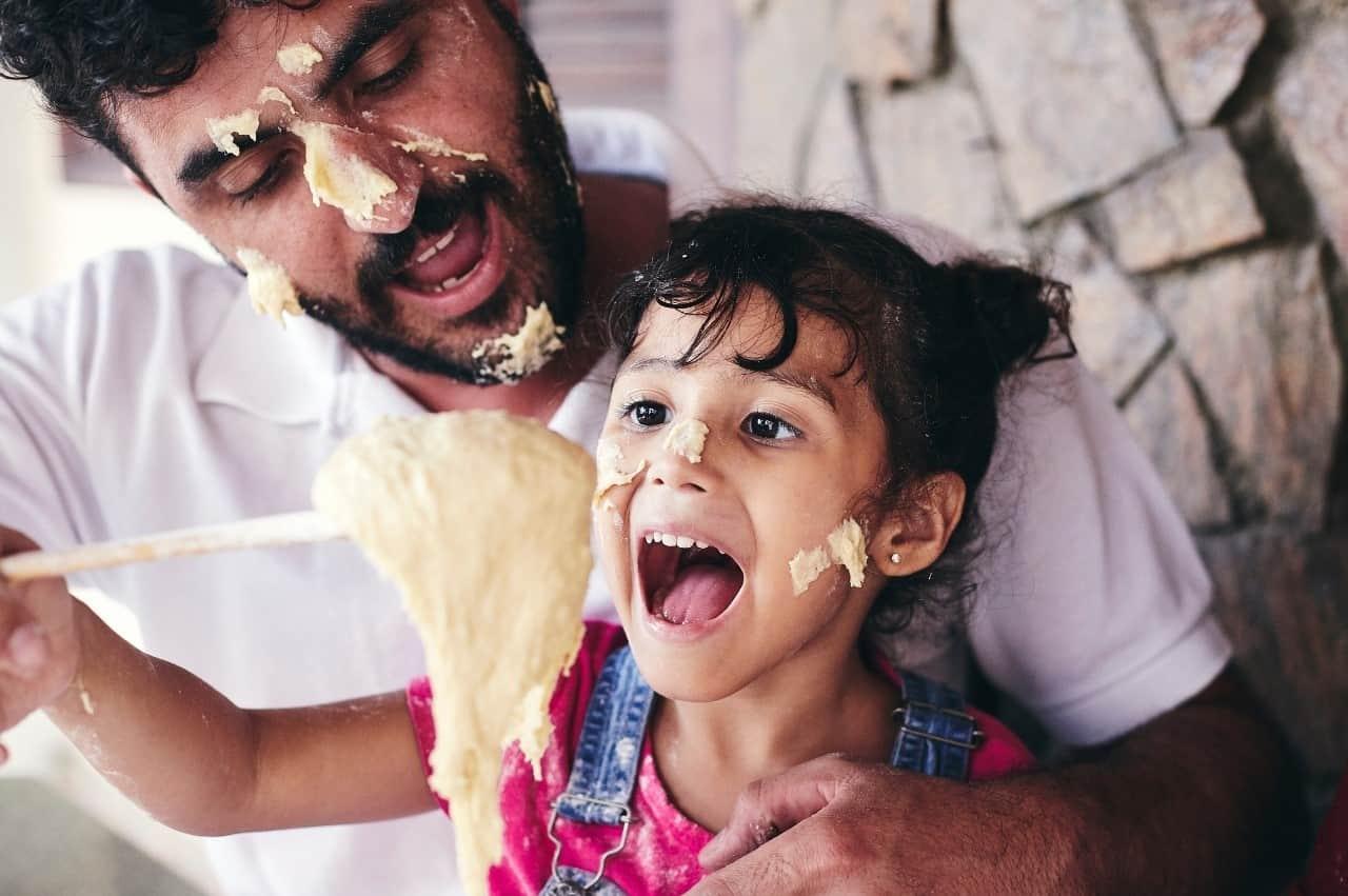 pai e filha cozinhando juntos no dia dos pais