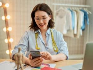 imagem de uma mulher numa loja de roupas para ilustrar o artigo sobre o que é mei
