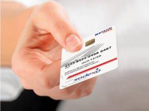 imagem de uma pessoa mostrando um cartão para simbolizar qual a bandeira do sodexo
