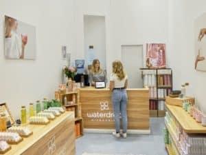 imagem de duas mulheres em uma loja para simbolizar a gestão de vendas
