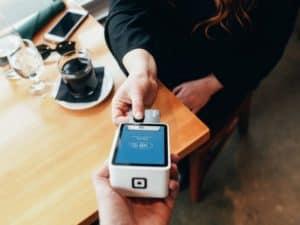 imagem de uma pessoa pagando com cartão para ilustrar o artigo sobre máquina de cartão mais barata
