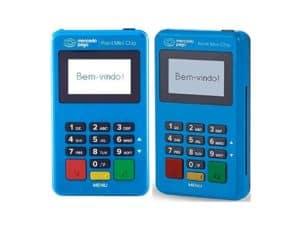imagem da máquina de cartão mercado pago point mini chip, que é azul, com botões pretos, vermelhos e amarelos, pequena e com o visor com a mensagem