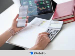 pessoa visualizando home broker na tela do celular, representando onde comprar ações